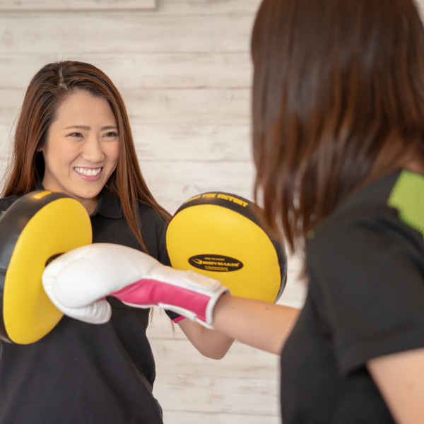 女性がボクシング