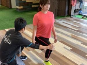 昭和区区パーソナルジムで男性トレーナーがお客様の下半身トレーニングを指導