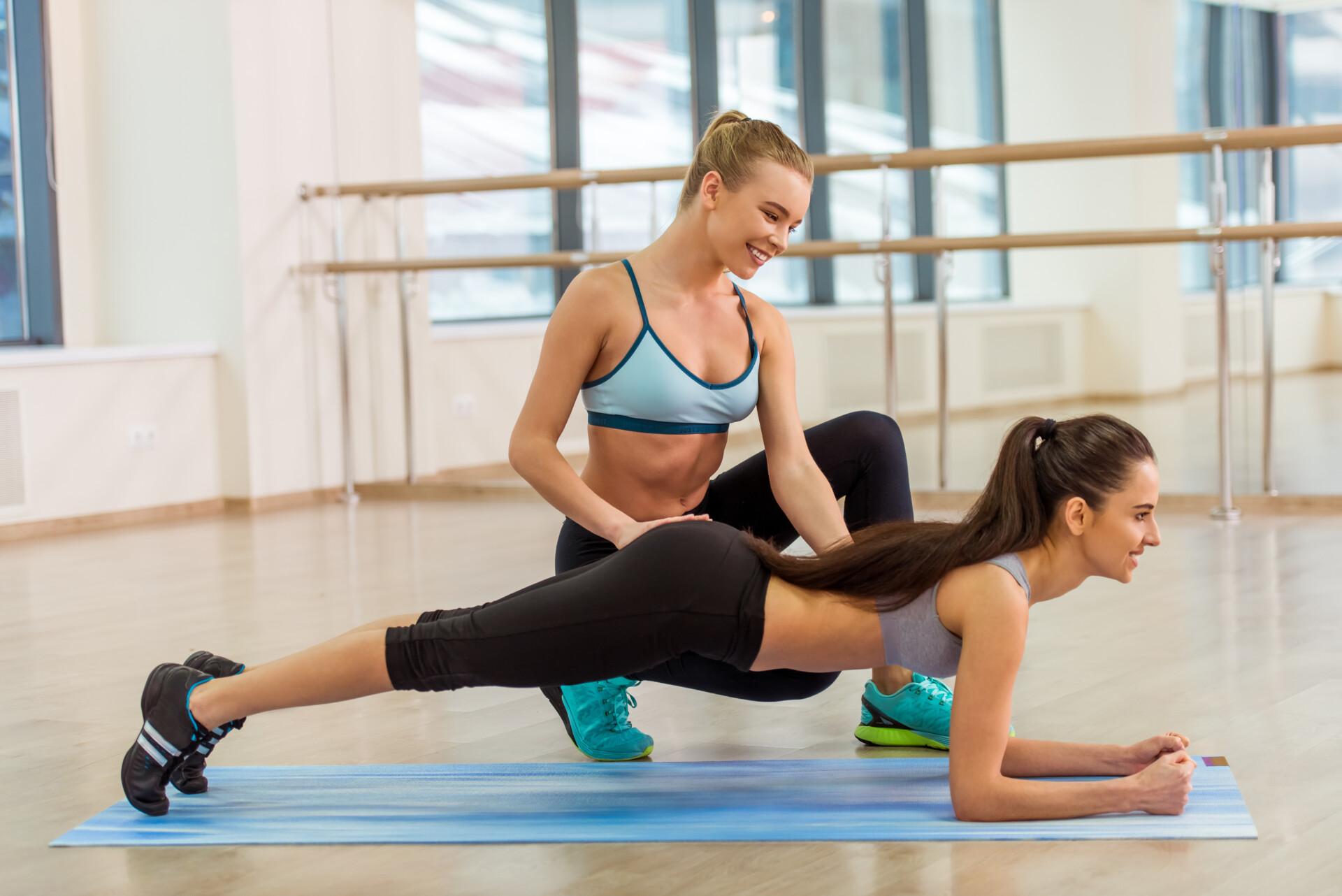 女性トレーナーと女性クライアントがマンツーマンでパーソナルトレーニングを行なっている。