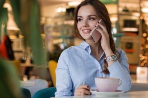 女性が昭和区パーソナルジムに電話している写真
