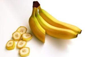 バナナ2本と輪切りになったバナナ5個