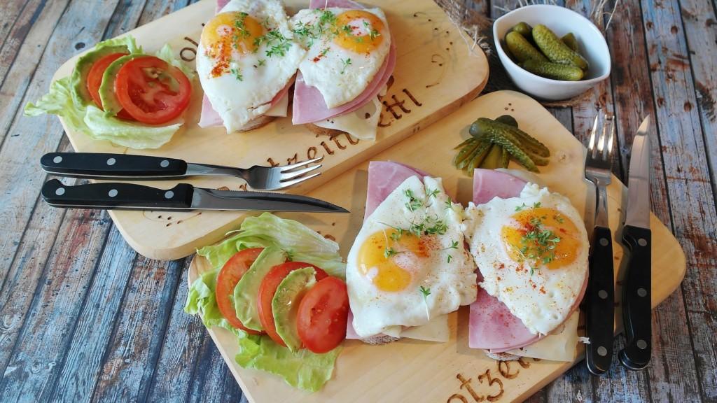 サラダと卵の料理の写真