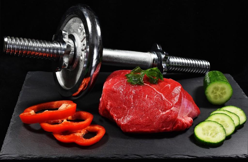 タンパク質を多く含む食材についてダンベルと肉、野菜の写真