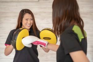 リア昭和区店女性トレーナーがお客様とボクシング