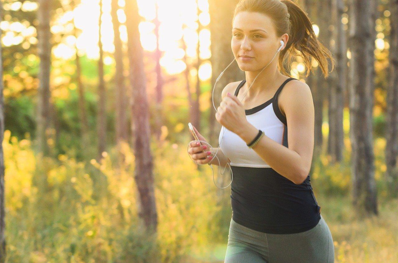 女性がジョギングをしてダイエットをしています