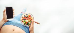 女性がダイエット管理と食事してる写真
