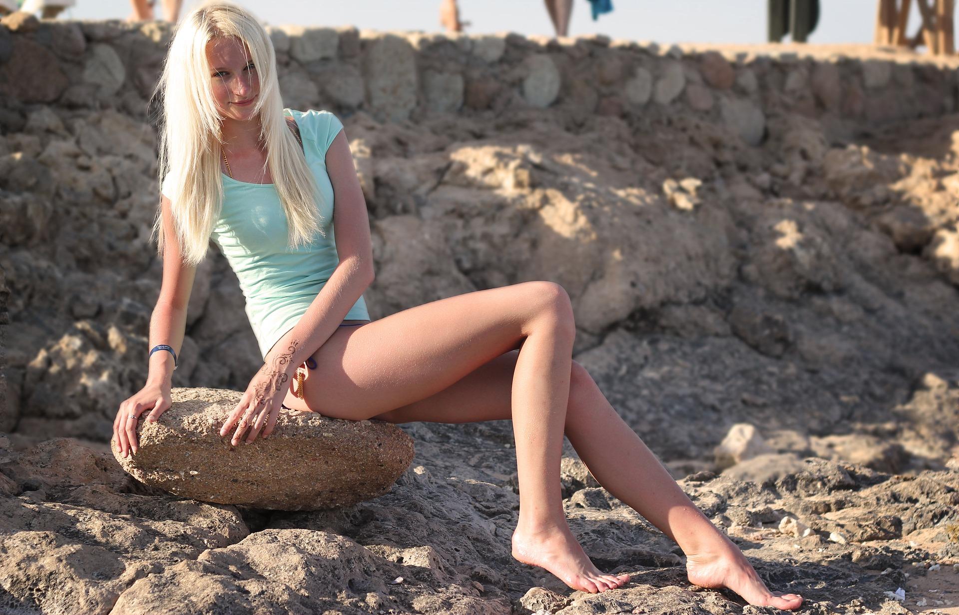 天白区パーソナルジムのビーチで女性が笑顔で写真を撮っている