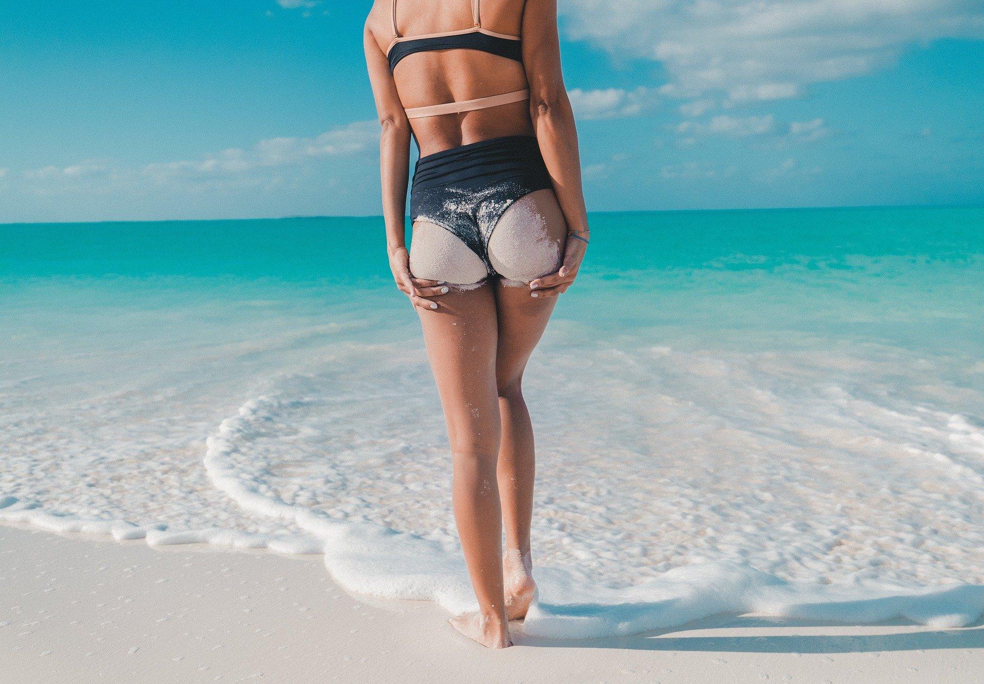 天白区パーソナルジム リアの女性が海で後ろ姿の写真