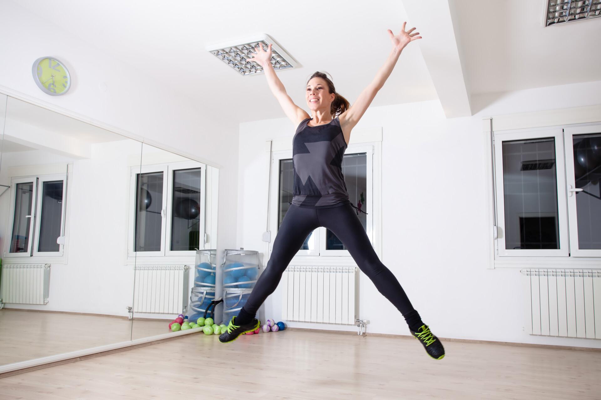 スタジオで女性がジャンプしている