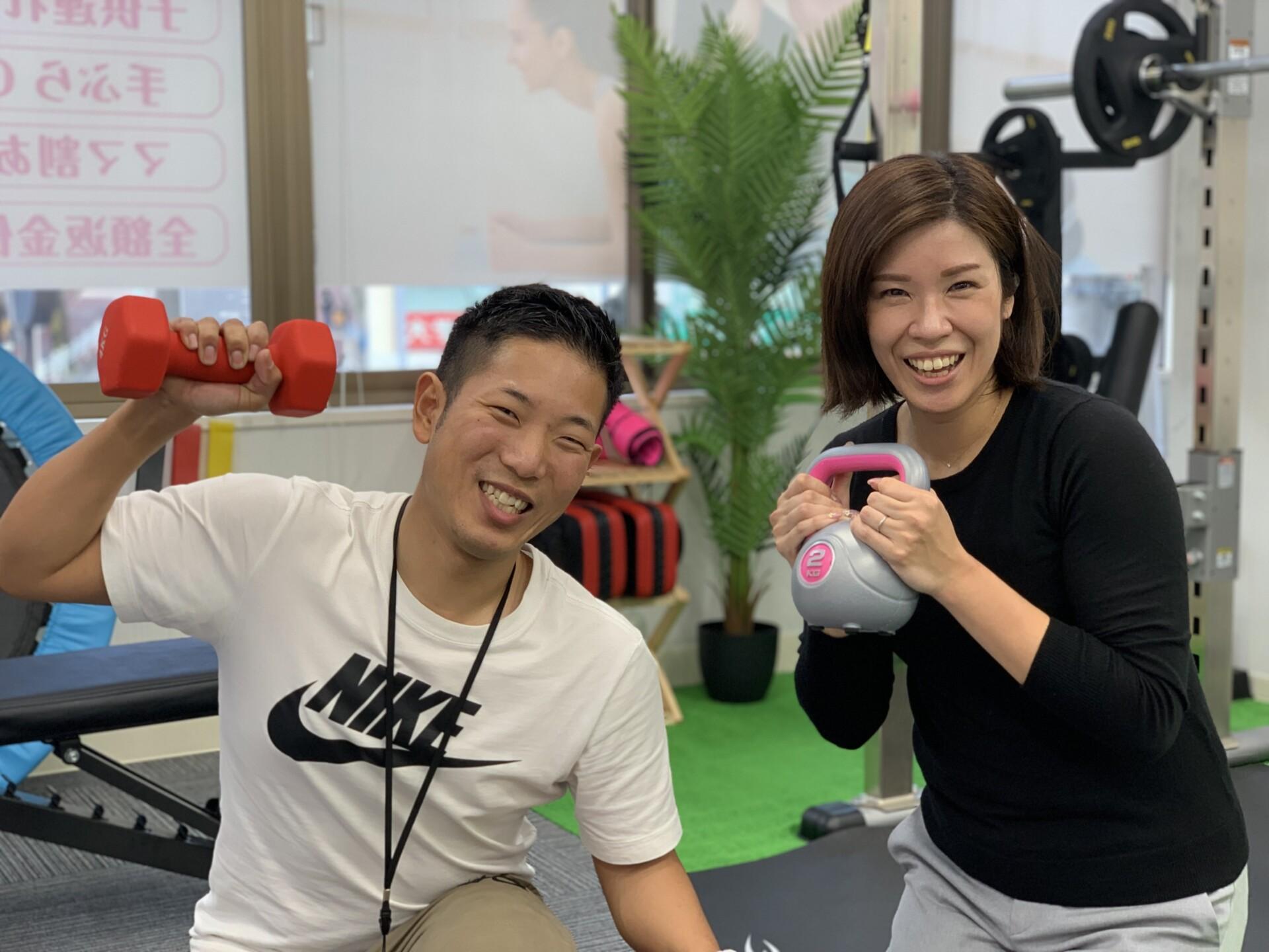 昭和区パーソナルジムでトレーナーが女性と一緒に撮っている