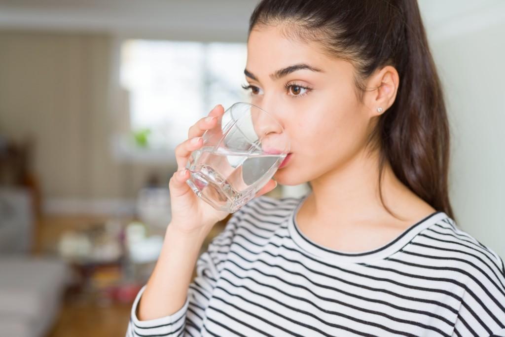 水飲んでる女性の写真