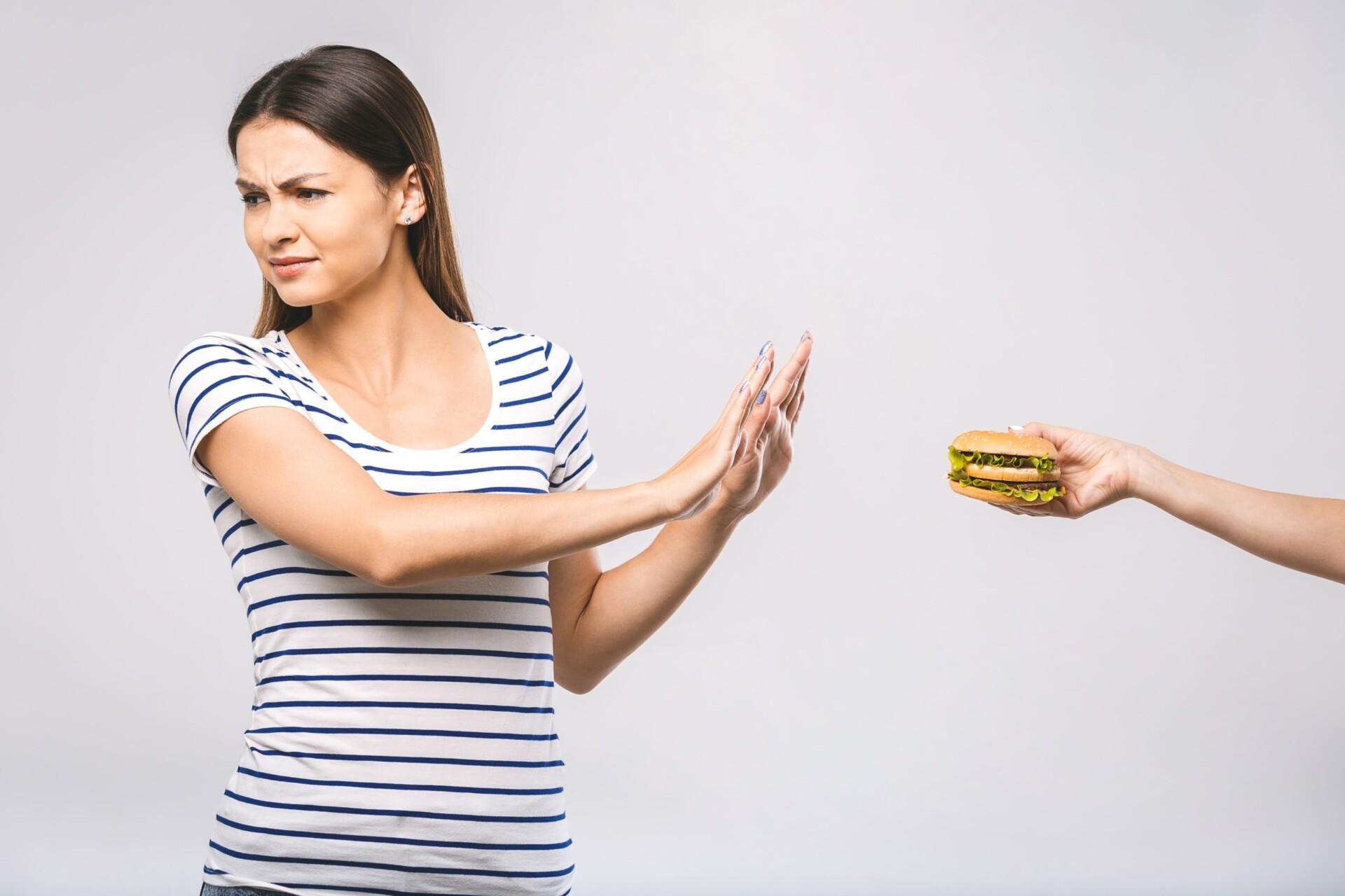 女性がハンバーガーを拒否っている