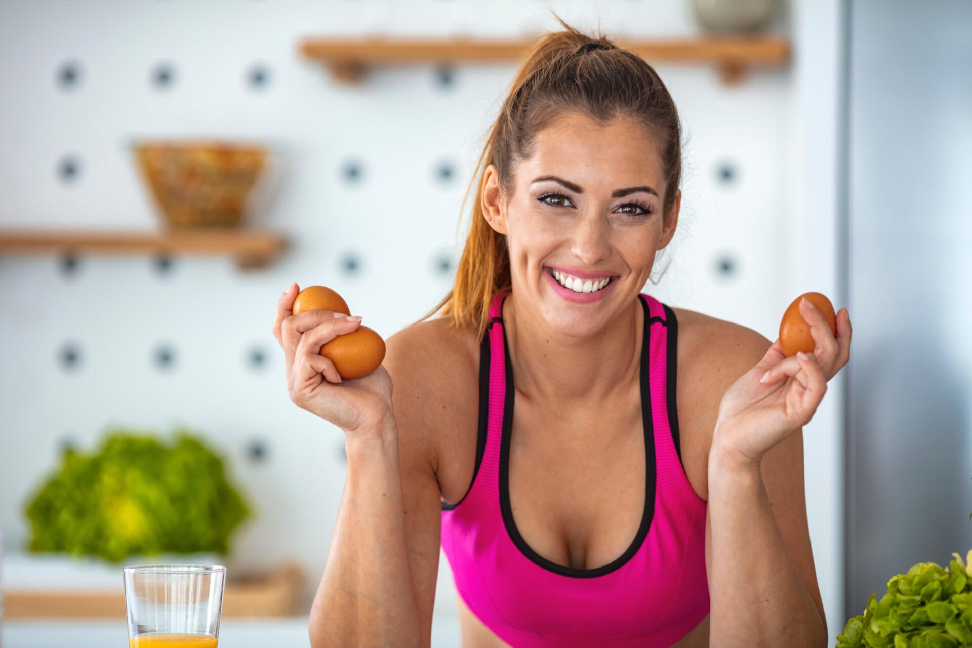 女性がダイエット食品を持っている