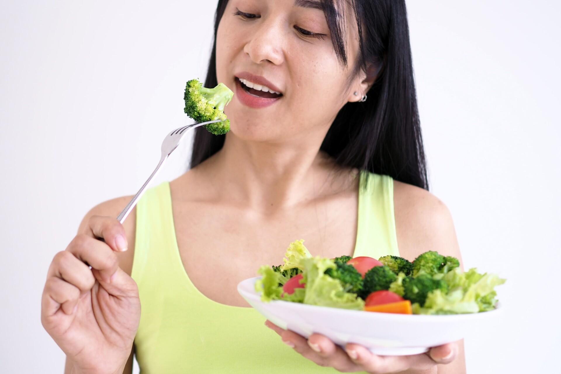 女性がブロッコリーを食べる瞬間
