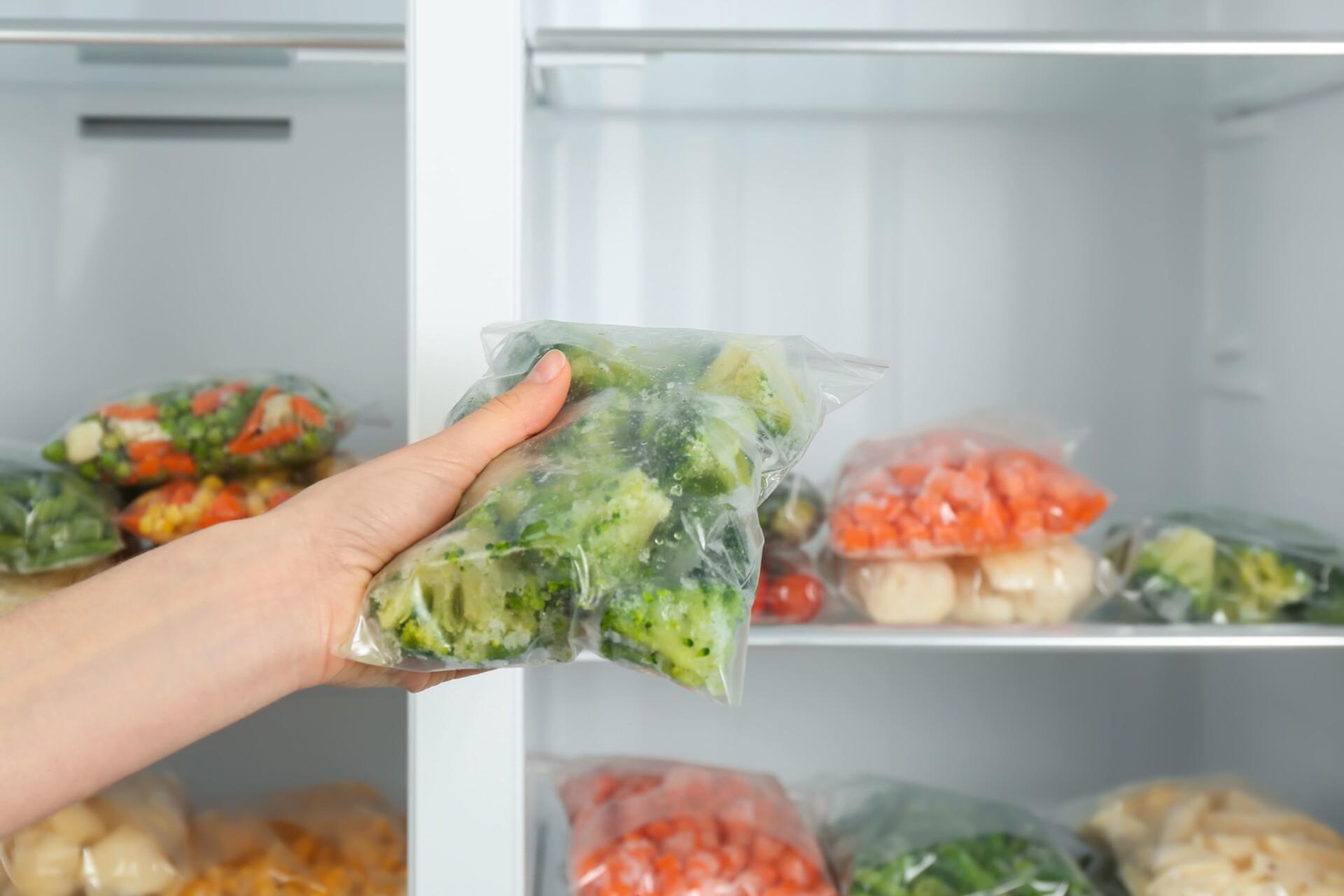 ブロッコリーを冷蔵庫に入れる