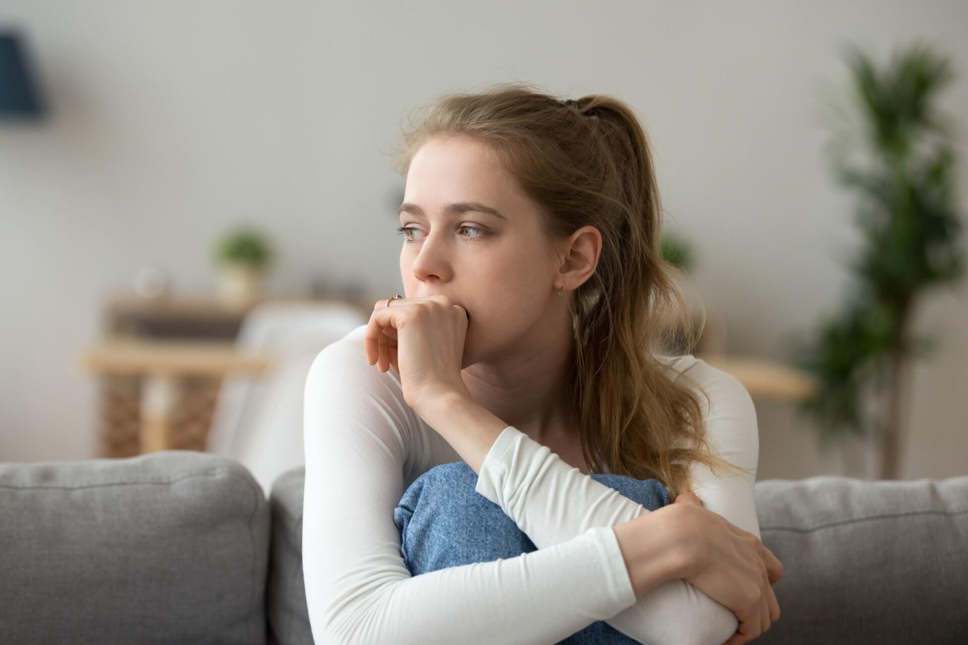 女性が咳している写真