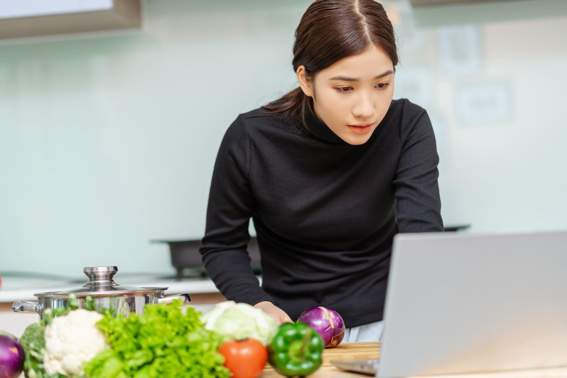 女性が野菜の勉強をしている