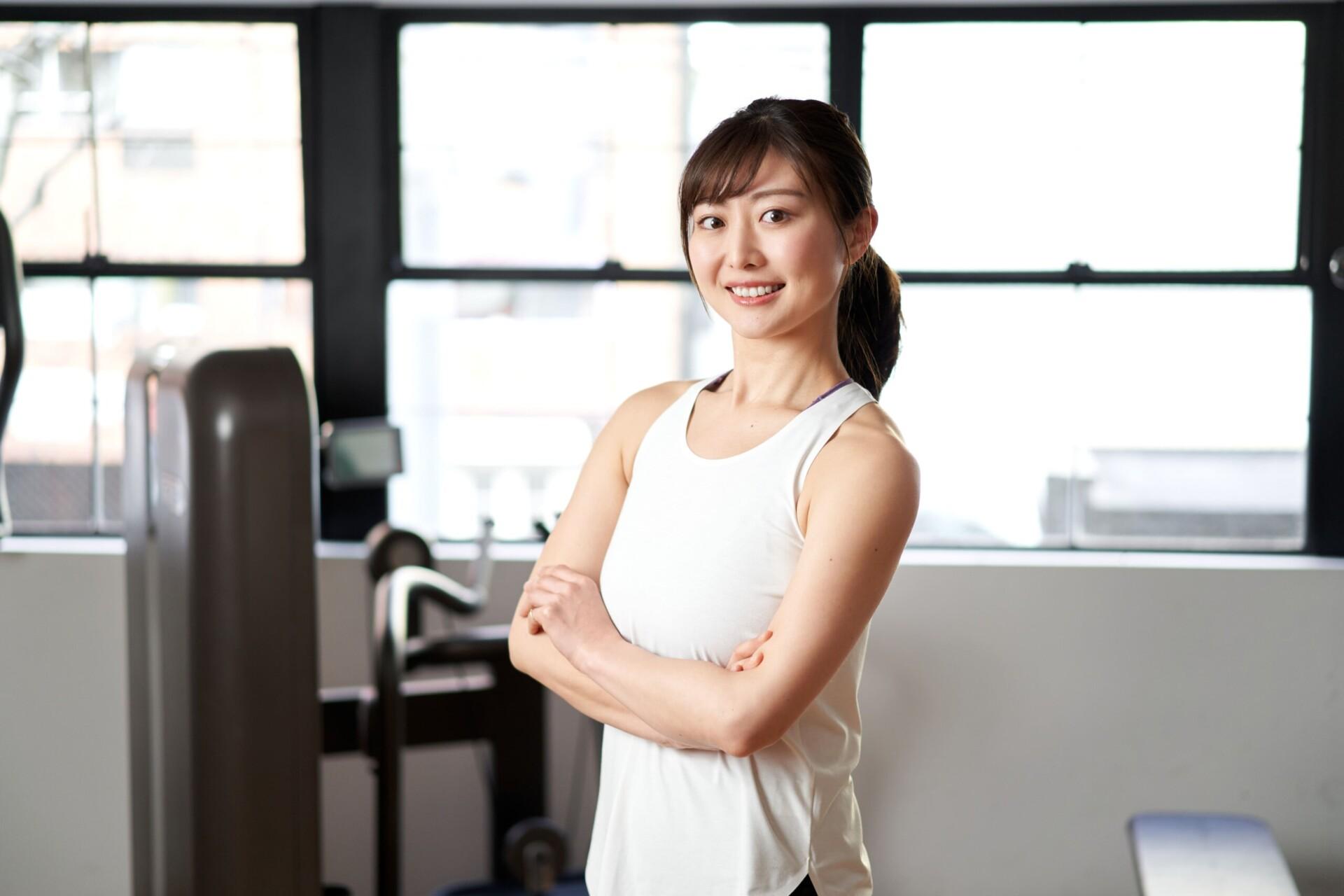 昭和区 パーソナルジム 女性が腕を組んでいる写真