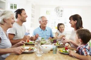名古屋市昭和区 パーソナルジム 家族みんなで楽しく食事をしている写真