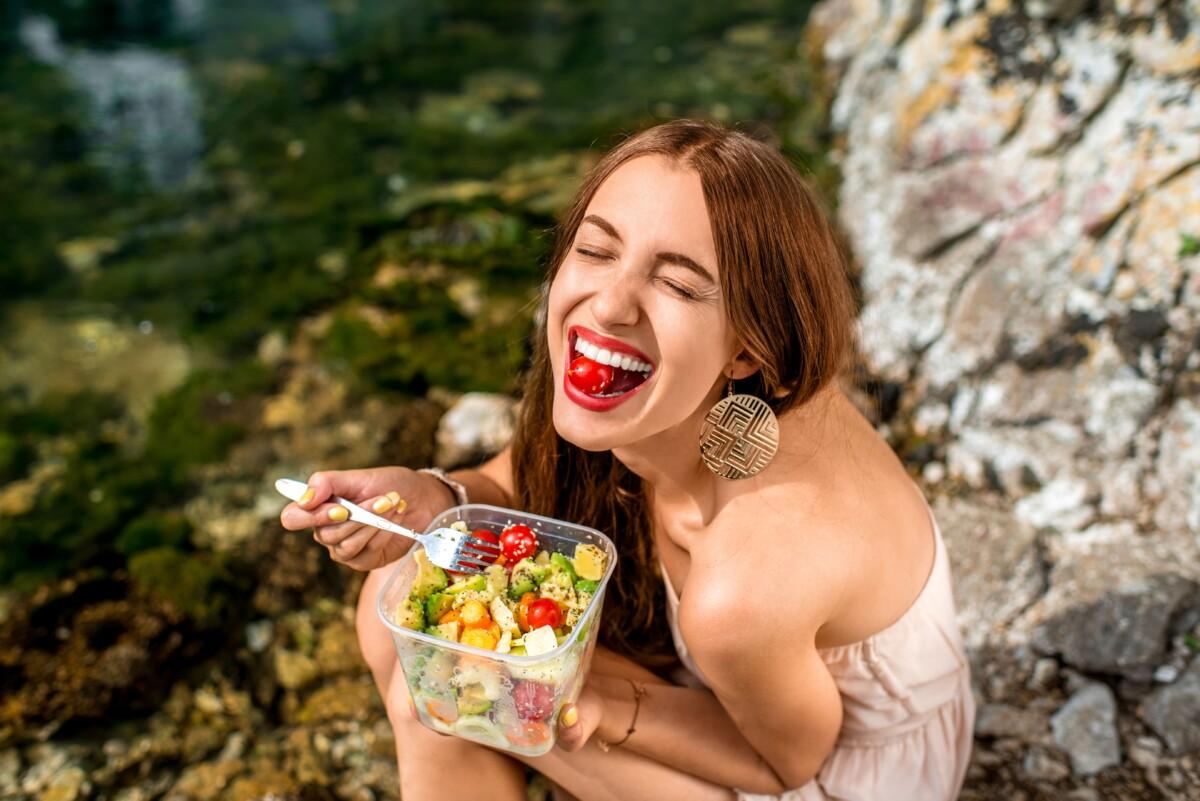 昭和区 パーソナルジム 女性がトマトを食べている写真
