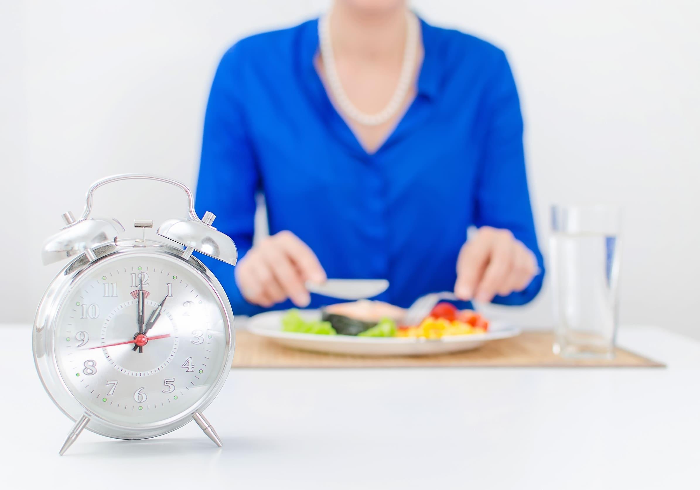 どのタイミングで摂取するのがお勧め?女性が食事をする写真